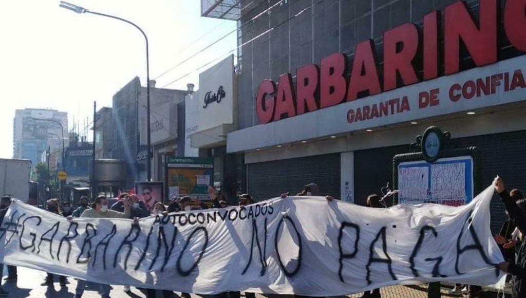 Garbarino cerró decenas de sucursales y adeuda sueldos