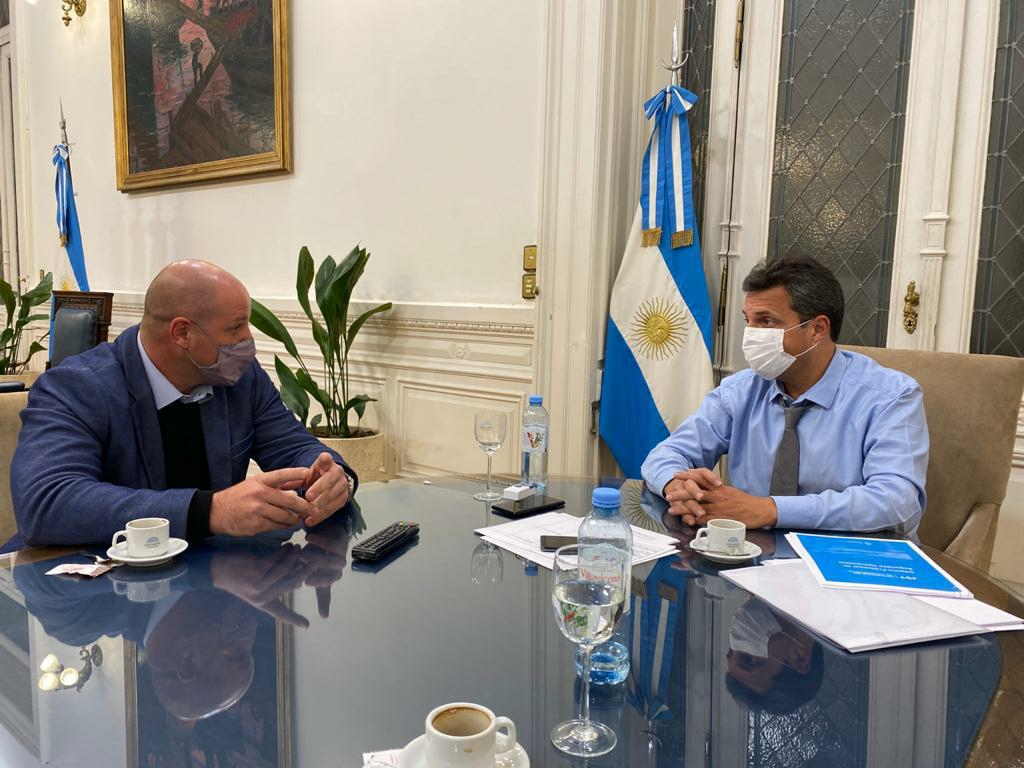 El presidente de la Honorable Cámara de Diputados, Sergio Massa, junto al secretario Adjunto Nacional Ferroportuario de APDFA (Asociación del Personal de Dirección de Ferrocarriles y Puertos Argentinos), Leonardo Salom.